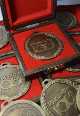 medal odlewany - 100 lat Pruszków